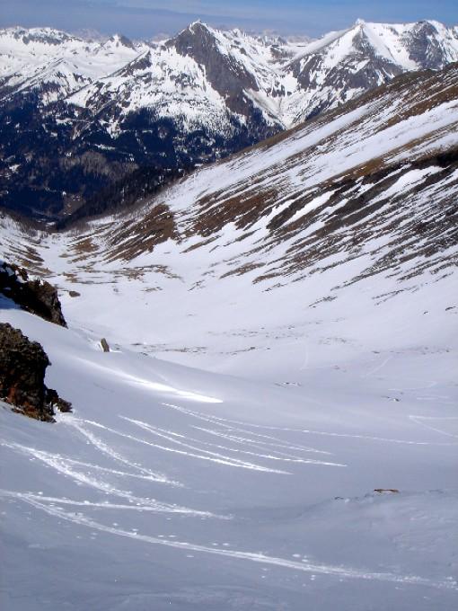 Foto: Manfred Karl / Ski Tour / Pleißnitzkogel (2536m) / Kehre um Kehre geht es in die Scharte. Im Hintergrund von links nach rechts: Taferlnock, Stampferwand, Zwillingswand, Guglspitze, Hochfeind. / 14.02.2007 22:58:21
