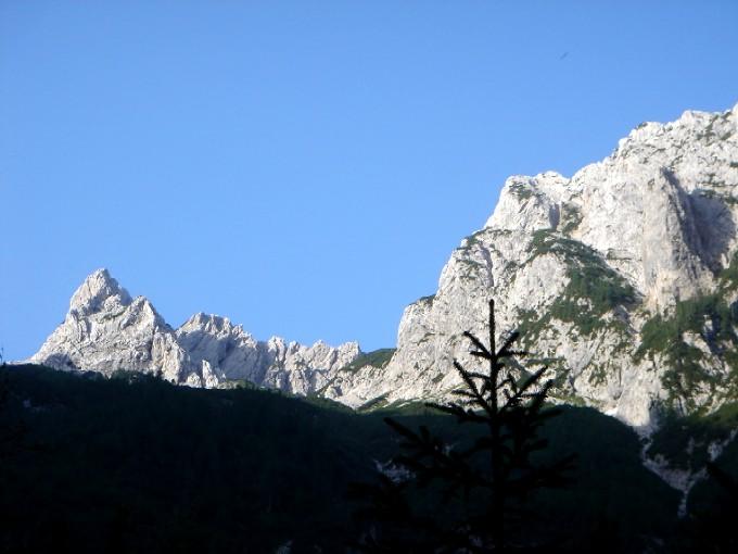Foto: Manfred Karl / Wander Tour / Rund um die Vellacher Kotschna / Eindrucksvoll stehen der Vellacher Turm und die beiden Babagipfel über dem Talschluss der Vellacher Kotschna. / 14.02.2007 23:39:53
