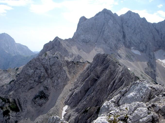 Foto: Manfred Karl / Wander Tour / Rund um die Vellacher Kotschna / Blick vom Großen Frauenberg zur steilen Nordrinne zwischen Vellacher Turm und Ledinski vrh, dahinter die Rinke. / 14.02.2007 23:44:33