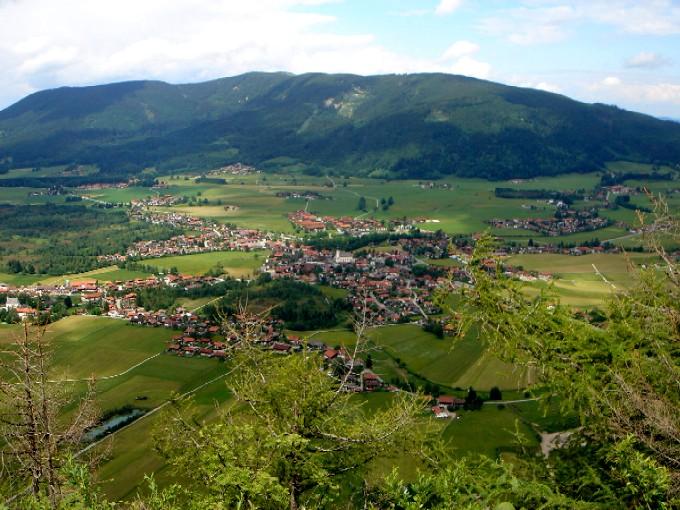 Foto: Manfred Karl / Wander Tour / Kienbergl (1135m) / Schöner Ausblick auf Inzell mit dem Teisenberg im Hintergrund. / 15.02.2007 19:35:10