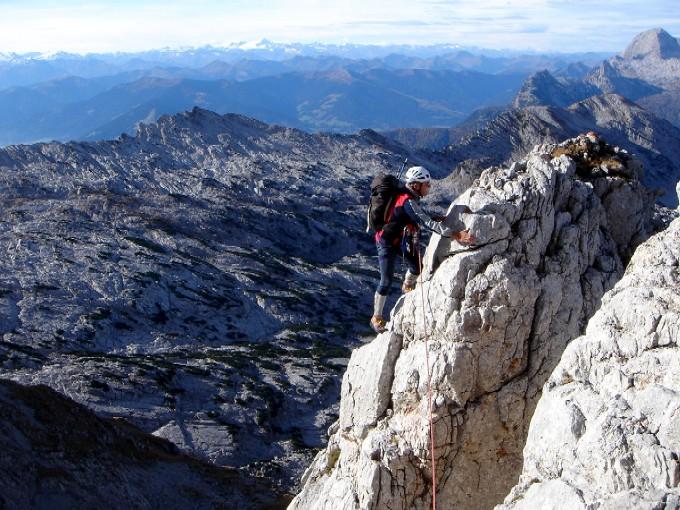 Foto: Manfred Karl / Kletter Tour / Südwestgrat auf den Hundstod IV- / Landschaftlich einmalige Ausblicke gegen die Hohen Tauern, rechts im Hintergrund das Birnhorn. / 15.02.2007 22:05:38