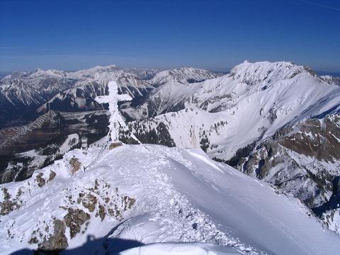 Foto: Andreas Koller / Skitour / Aus der Eisenerzer Ramsau auf drei Gipfel (2070 m) / Stadelstein-Gipfel mit Blick in die Hochschwabgruppe und zum nahen Eisenerzer Reichenstein / 12.03.2007 13:33:26