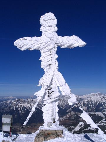 Foto: Andreas Koller / Skitour / Aus der Eisenerzer Ramsau auf drei Gipfel (2070 m) / Gipfelkreuz am Stadelstein / 12.03.2007 13:32:53