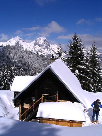 Foto: Andreas Koller / Ski Tour / Aus der Eisenerzer Ramsau auf drei Gipfel (2070 m) / Die Teichenegg Alm mit Kaiserschild und Hochkogel / 12.03.2007 13:37:17