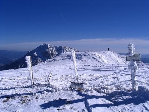 Foto: Andreas Koller / Skitour / Aus der Eisenerzer Ramsau auf drei Gipfel (2070 m) / Die Hochfläche des Wildfeld mit Gösseck im Hintergrund / 12.03.2007 13:35:29