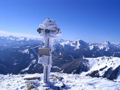 Foto: Andreas Koller / Skitour / Aus der Eisenerzer Ramsau auf drei Gipfel (2070 m) / Wildfeld-Gipfel mit Blick nach SW in die Tauern und zum nahen Zeiritz Kampel / 12.03.2007 13:35:00