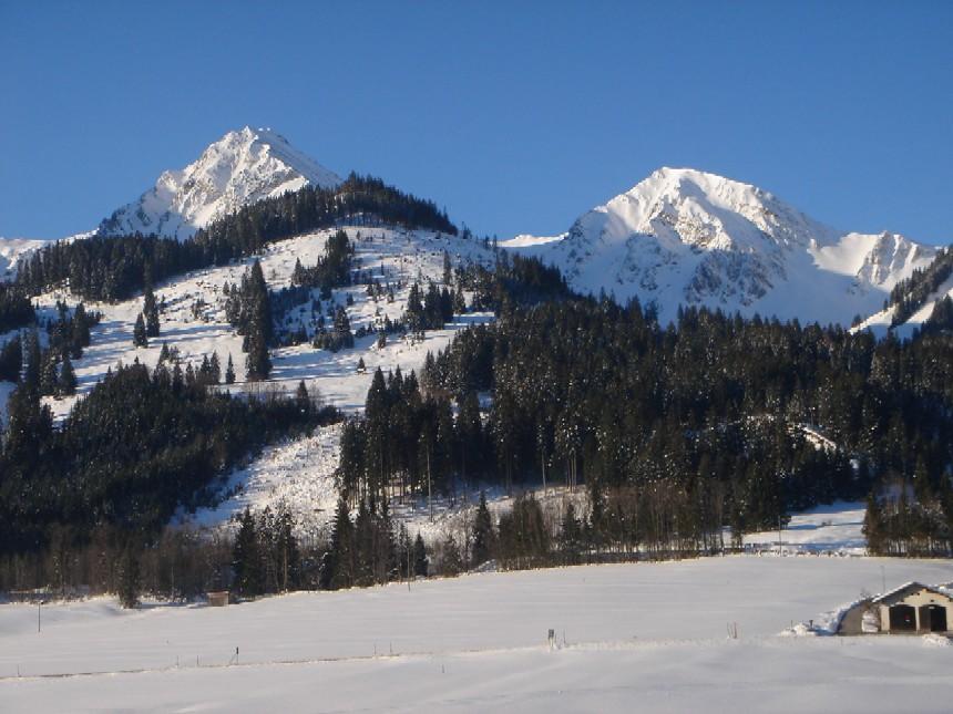 Foto: Manfred Karl / Ski Tour / Ponten (2045m) / Blick von Schattwald im Tannheimer Tal auf Ponten (links) und Bschießer (rechts). Von hier aus lassen sich die schönen Kare des Ponten- und Stuibentales nur erahnen. / 31.03.2007 13:14:19