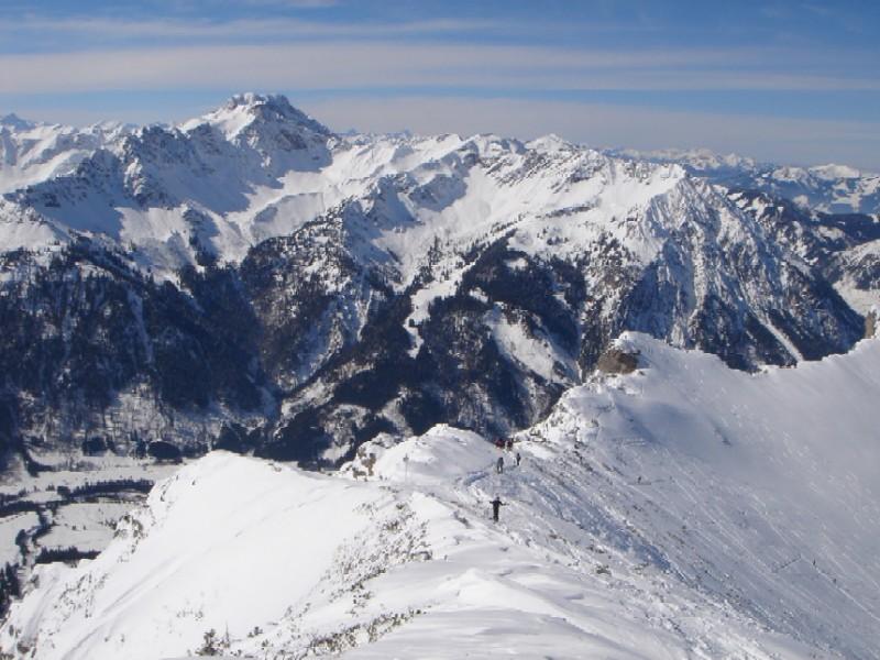 Foto: Manfred Karl / Ski Tour / Ponten (2045m) / Ein umfassender Panoramblick bietet sich vom Vorgipfel des Ponten in die Allgäuer Alpen. / 31.03.2007 13:16:55