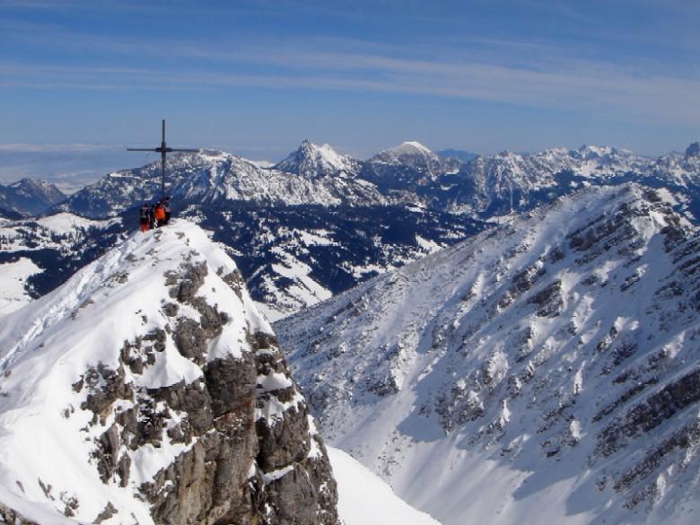 Foto: Manfred Karl / Ski Tour / Ponten (2045m) / Über das Pontenkreuz schaut man zu den Tannheimer Bergen, die bei ausreichender Schneelage ebenfalls viele schöne Schitouren bieten. / 31.03.2007 13:20:25