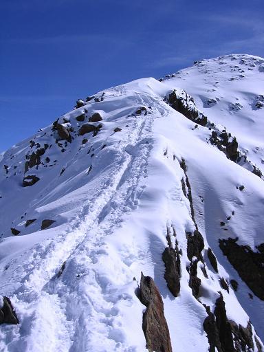 Foto: Andreas Koller / Ski Tour / Aus dem Falbanairtal auf Tiergartenspitze (3068 m)  und Mitterlochspitze (3174 m) / Der NW-Grat der Mittleren Lochspitze / 06.04.2007 19:06:34