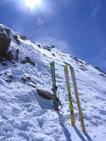 Foto: Andreas Koller / Ski Tour / Aus dem Falbanairtal auf Tiergartenspitze (3068 m)  und Mitterlochspitze (3174 m) / Skidepot und die letzten Meter zum Gipfel / 06.04.2007 19:06:13