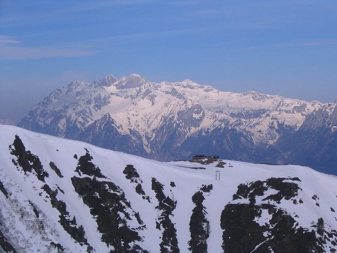 Foto: Andreas Koller / Skitour / Pleschnitzzinken mit Variationen (2112 m) / Über der Pleschnitzzinken Hütte zeigt sich das Dachsteinmassiv / 09.04.2007 22:50:23