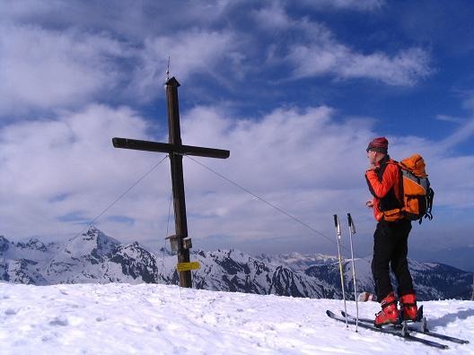 Foto: Andreas Koller / Skitour / Pleschnitzzinken mit Variationen (2112 m) / Die letzten Meter zum Gipfel mit Höchstein (2543 m) im Hintergrund / 09.04.2007 22:46:49