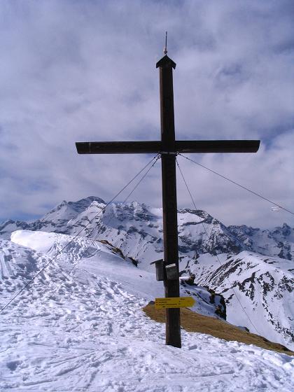Foto: Andreas Koller / Ski Tour / Pleschnitzzinken mit Variationen (2112 m) / Pleschnitzzinken-Gipfelkreuz gegen Hochwildstelle (2747 m) / 09.04.2007 22:46:11