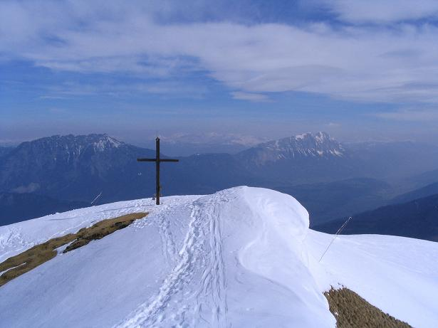 Foto: Andreas Koller / Skitour / Pleschnitzzinken mit Variationen (2112 m) / Blick übers Gipfelkreuz zum Grimming (2351 m) und der Kammspitze (2141 m) / 09.04.2007 22:45:40