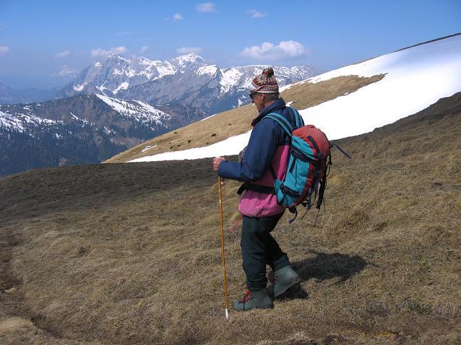Foto: Andreas Koller / Wander Tour / Zeiritzkampel aus der Kurzen Teichen (2126 m) / Beim Abstieg über die W-Hänge mit Blick in die Hochtorgruppe des Gesäuses / 22.04.2007 14:26:29