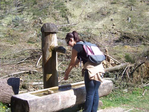 Foto: dodo7 / Wander Tour / Wolfschwang / eine kleine Erfrischung beim Brunnen am Wegrand / 24.04.2007 08:02:31