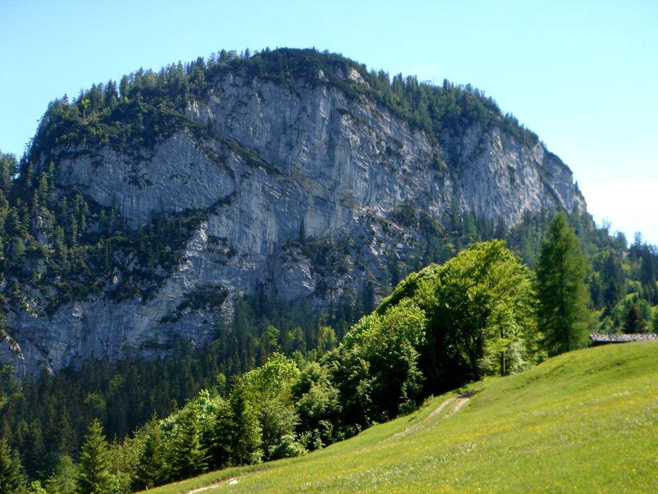 Foto: Manfred Karl / Wander Tour / Dietrichshorn (1542m) / Massig und unnahbar, so präsentiert sich das Dietrichshorn von den Unkenbergmähdern. / 26.04.2007 20:26:36