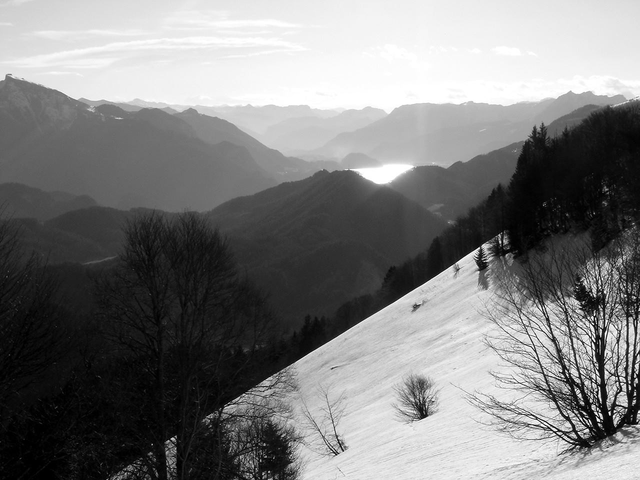 Foto: Manfred Karl / Wander Tour / Aus der Tiefbrunnau auf den Filbling / Blick gegen den Wolfgangsee, links am Bildrand der St. Wolfganger Schafberg. / 25.04.2007 23:23:11