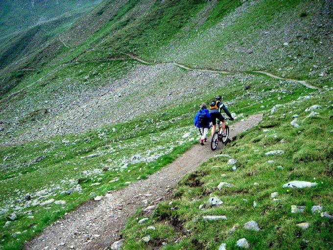Foto: Manfred Karl / Mountainbike Tour / Von Virgen zum Zupalsee / Friedliche Koexistenz von Bikern und Wanderern. / 26.04.2007 06:48:12
