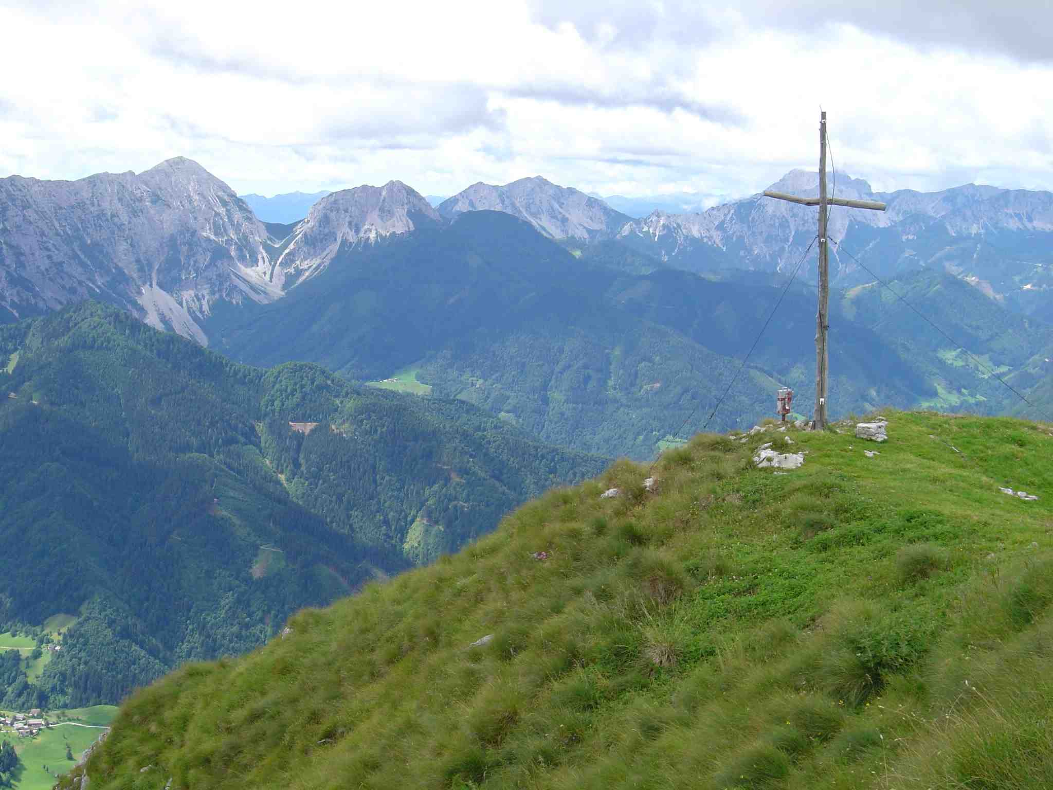 Foto: Manfred Karl / Wander Tour / Freiberg (Setitsche), 1923 m / Links im Bild Veliki Vrh und Hainschsattel. / 05.05.2007 18:34:29