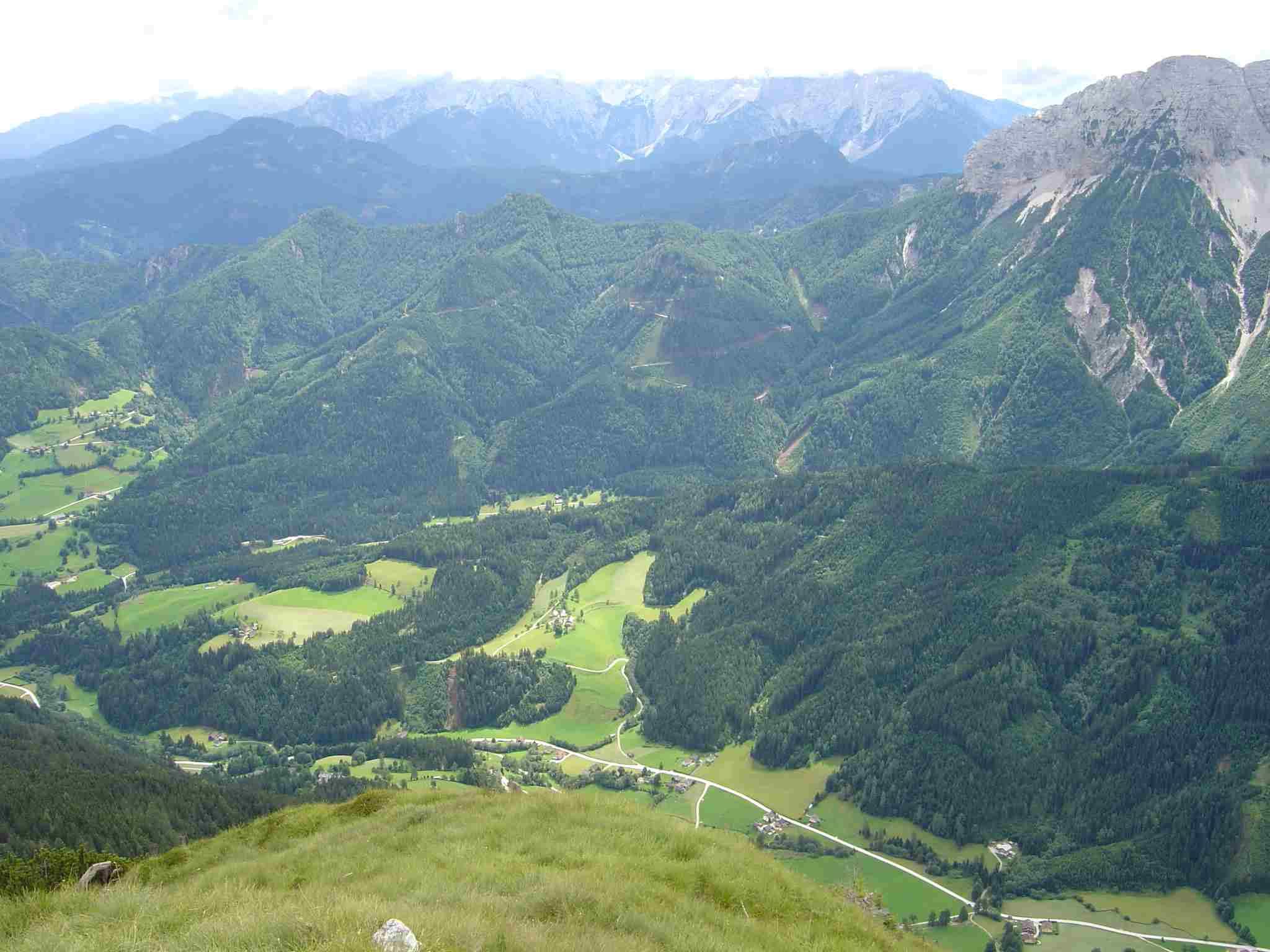 Foto: Manfred Karl / Wander Tour / Freiberg (Setitsche), 1923 m / Rechts im Bild Tolsta Koschuta, im HIntergrund Steiner Alpen. / 05.05.2007 18:30:02