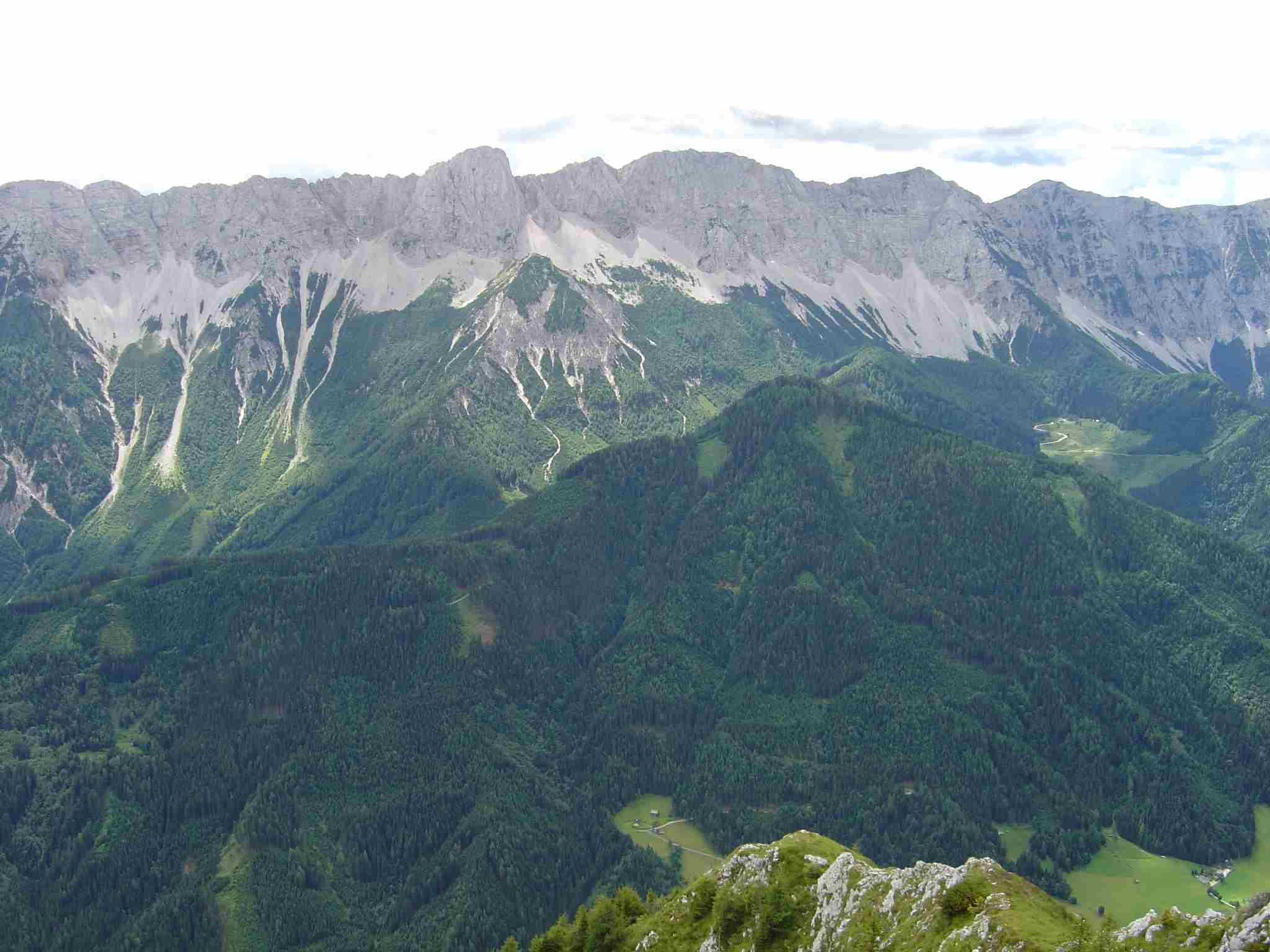 Foto: Manfred Karl / Wander Tour / Freiberg (Setitsche), 1923 m / Vom Freiberg ist der Kamm der Koschuta mit dem markanten Koschutnikturm besonders schön überschaubar. / 05.05.2007 18:27:50