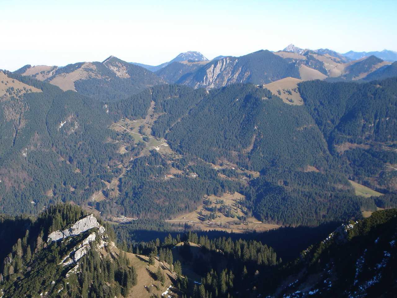 Foto: Manfred Karl / Wander Tour / Risserkogel mit Plankenstein Umrundung / Nach Osten reicht die Sicht über den Riederecksattel im Vordergrund hinüber zum Wendelstein, das ist der spitze Gipfel im Hintergrund. / 26.04.2007 20:51:20