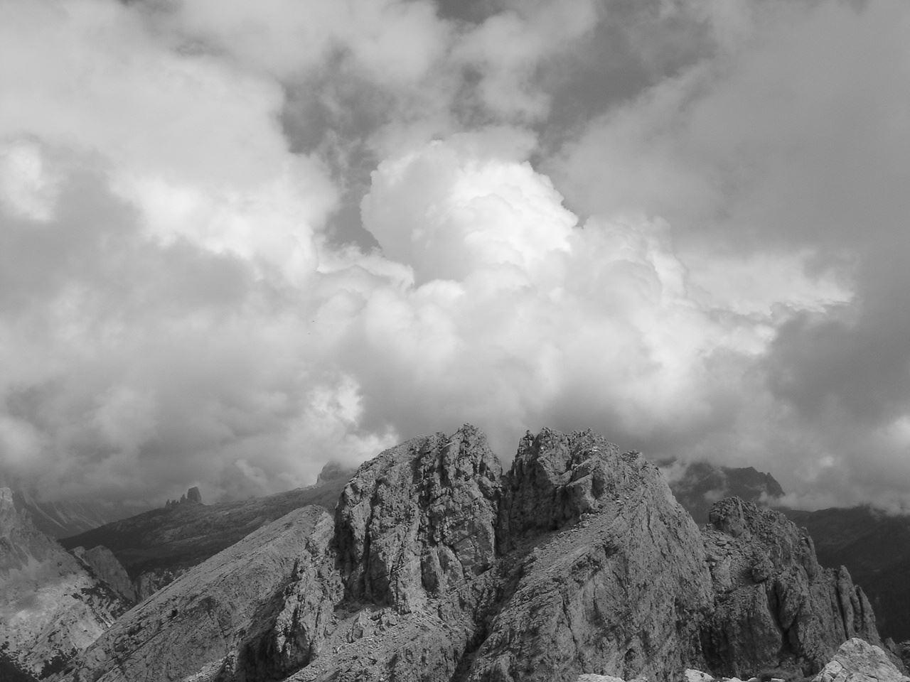 Foto: Manfred Karl / Wandertour / Settsass (2571m) / Settsassgipfel gegen Osten, ganz hinten die Cinque Torri. / 05.05.2007 18:58:03