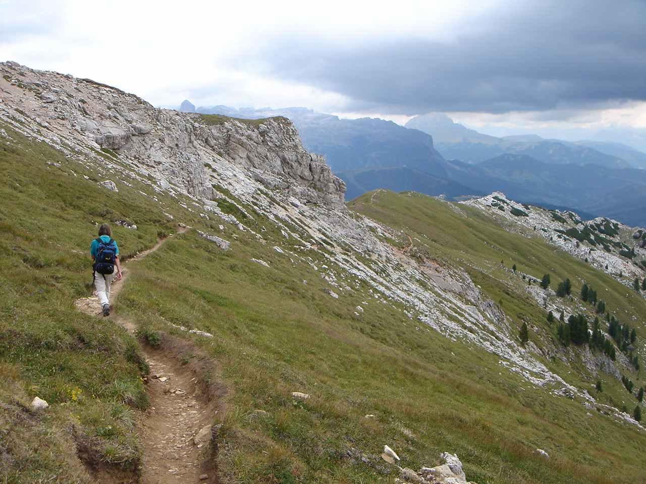 Foto: Manfred Karl / Wandertour / Settsass (2571m) / Abstieg vom Settsass gegen Le Pizzade, im Hintergrund Sellastock. / 05.05.2007 18:55:36
