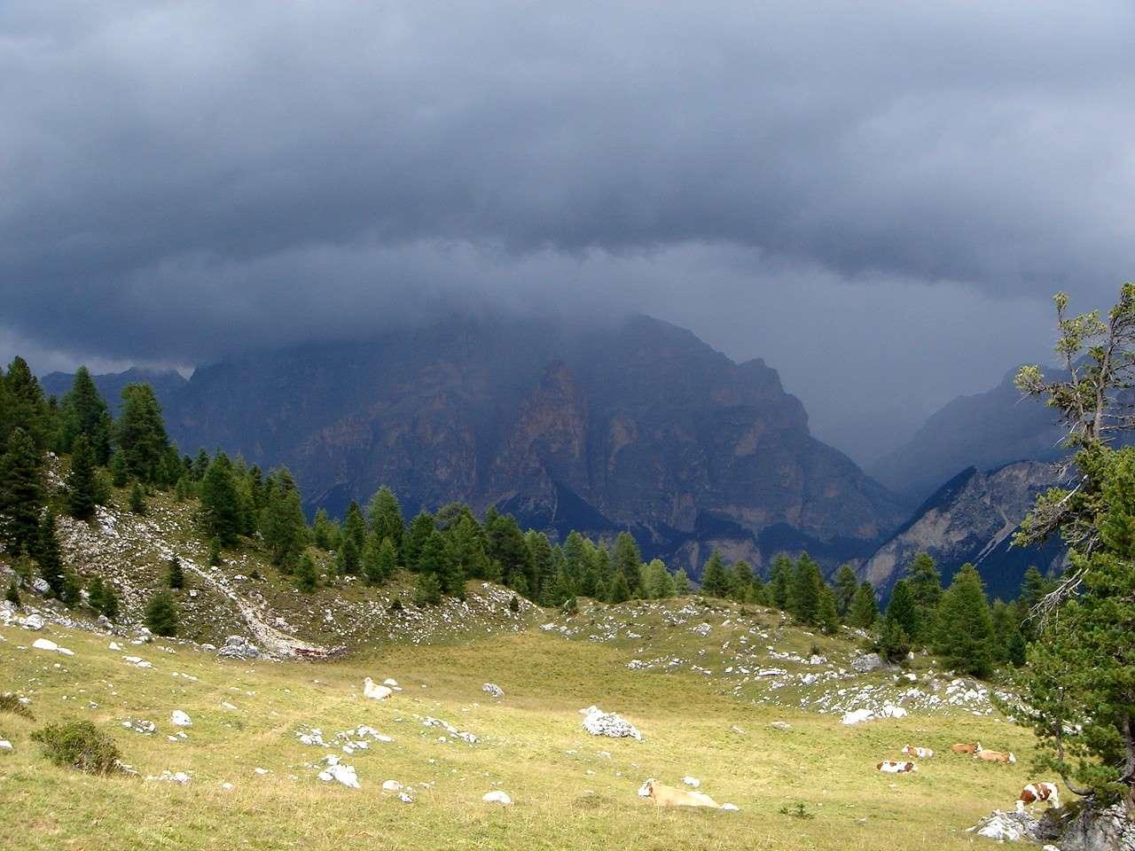 Foto: Manfred Karl / Wandertour / Settsass (2571m) / Gewitter über Lavarella und Cunturines. / 05.05.2007 18:52:08