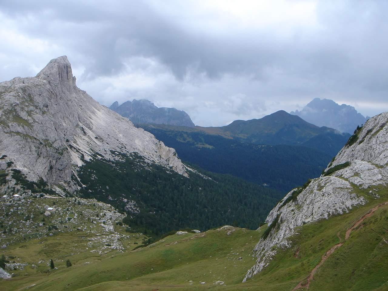 Foto: Manfred Karl / Wander Tour / Settsass (2571m) / Vom Piz Ciampai schaut man zum Hexenstein, Monte Cernera und Monte Pore. / 05.05.2007 18:49:56