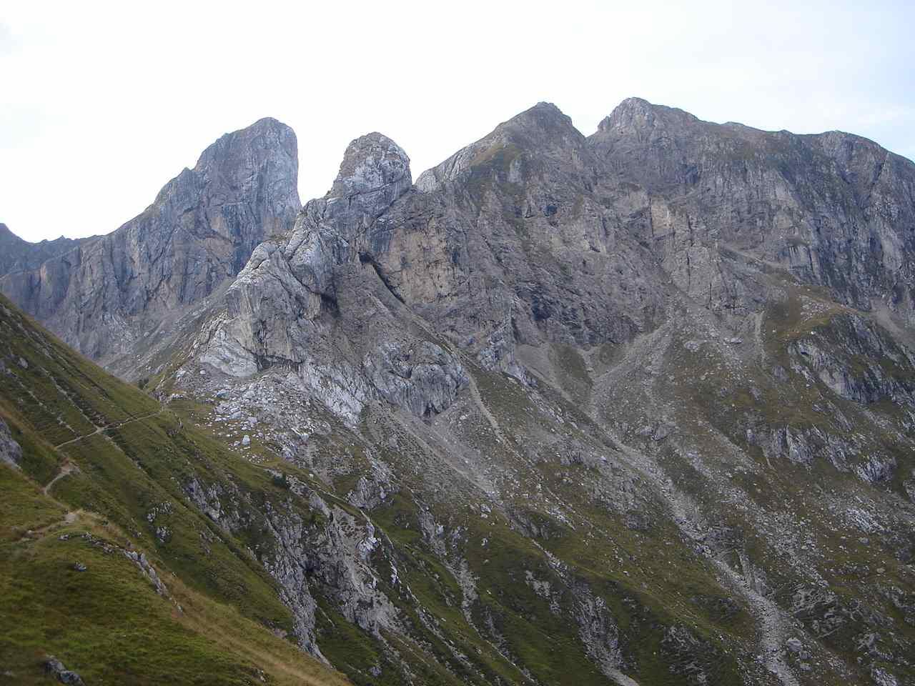 Foto: Manfred Karl / Wander Tour / Monte Cernera (2664m) / Der wilde Zacken des Torre Dusso, rechts davon der Cernerastock. / 05.05.2007 19:26:31