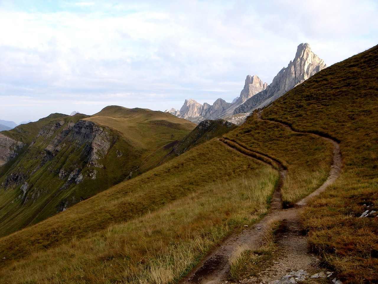 Foto: Manfred Karl / Wander Tour / Monte Cernera (2664m) / Die schönen Almwiesen um den Passo Giau stellen einen wunderbaren Gegensatz zu den schroffen Dolomitengipfeln dar. / 05.05.2007 19:22:23
