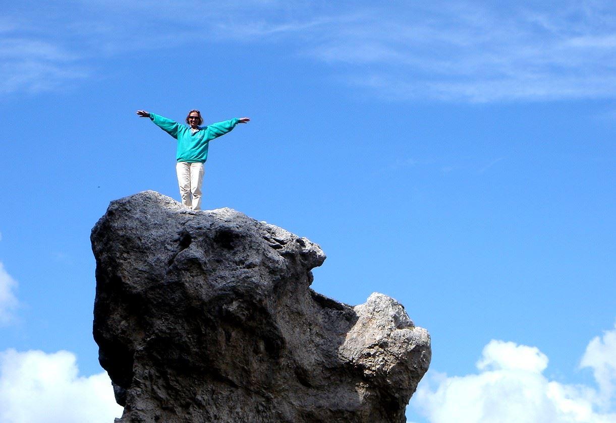 Foto: Manfred Karl / Wander Tour / Monte Cernera (2664m) / Abheben möchte man manchesmal - hier von einem Felsköpfl neben dem Weg zum Monte Cernera. / 05.05.2007 19:14:36