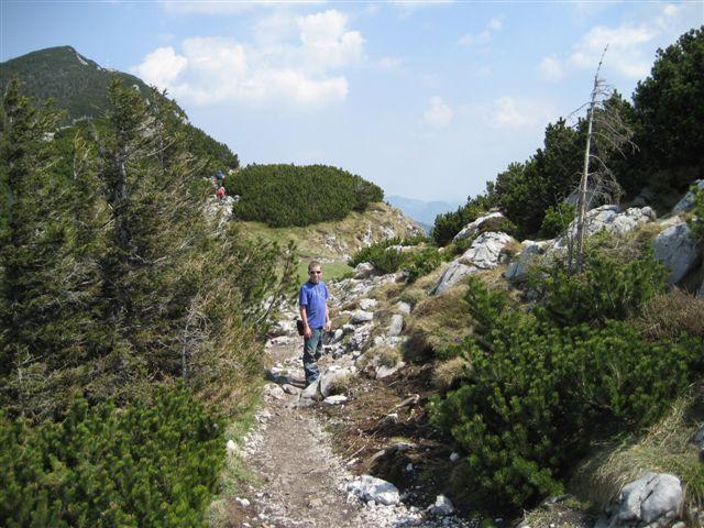 Foto: Alpinfreunde / Wandertour / Über den Naturfreundesteig auf den Traunstein / Auf dem Platoue angekommen wandern wir vom Naturfreundehaus übers Gmundnerhaus zum Gipfelkreuz / 29.04.2007 20:03:11
