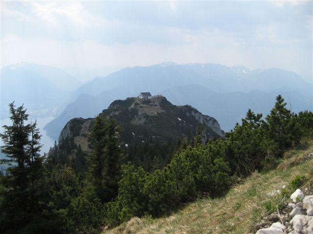 Foto: Alpinfreunde / Wandertour / Über den Naturfreundesteig auf den Traunstein / Blick zum Naturfreundehaus! Auf dem Platoue angekommen wandern wir vom Naturfreundehaus übers Gmundnerhaus zum Gipfelkreuz!  / 29.04.2007 20:03:25