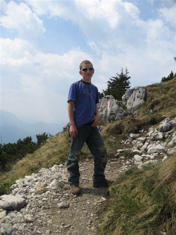 Foto: Alpinfreunde / Wandertour / Über den Naturfreundesteig auf den Traunstein / Auf dem Platoue angekommen wandern wir vom Naturfreundehaus übers Gmundnerhaus zum Gipfelkreuz / 29.04.2007 20:03:33