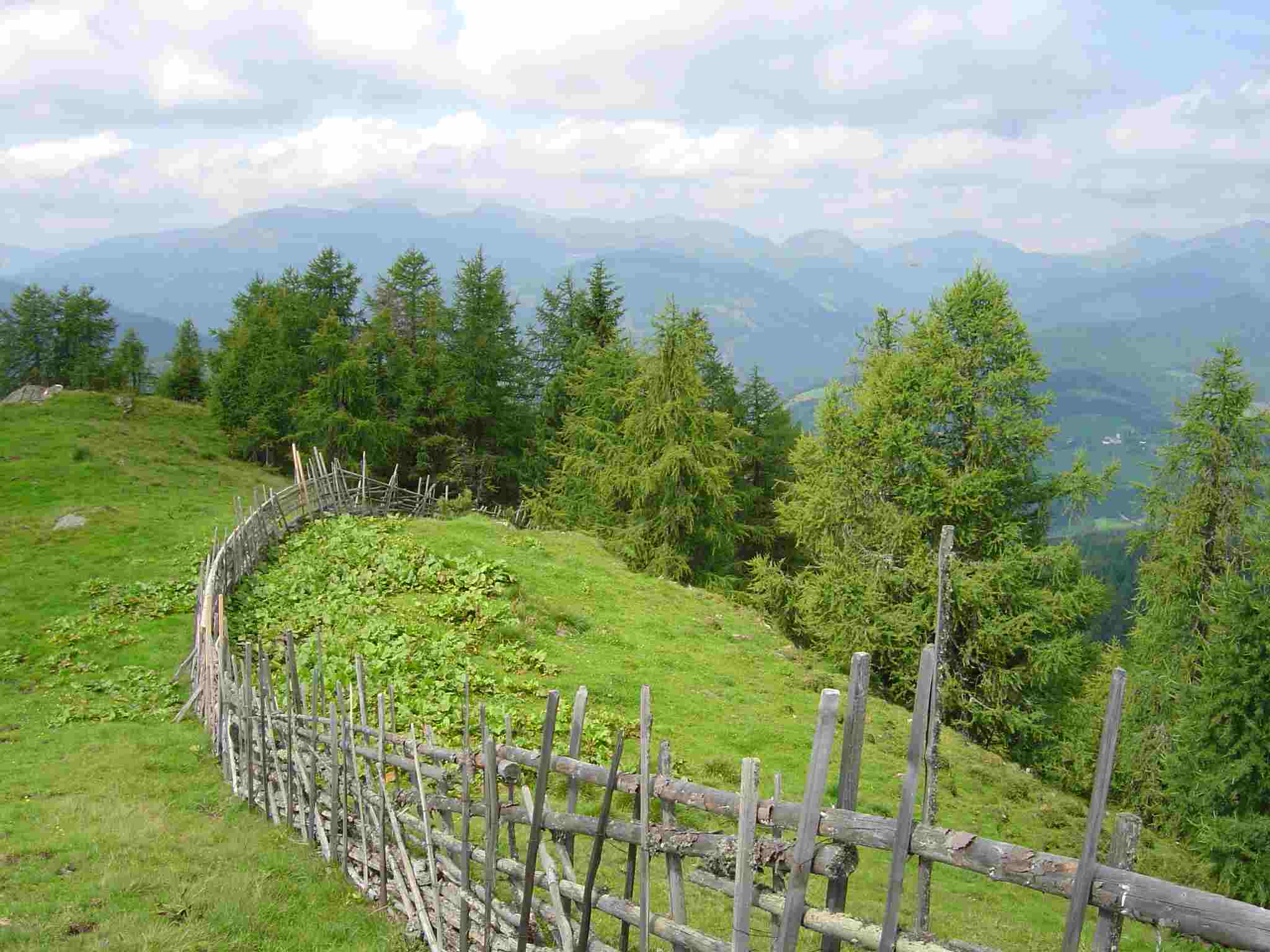 Foto: Manfred Karl / Wandertour / Kruckenspitze, 1886 m / Vom Gipfel hat man einen schönen Rundblick auf die Nockberge. / 03.05.2007 06:22:32