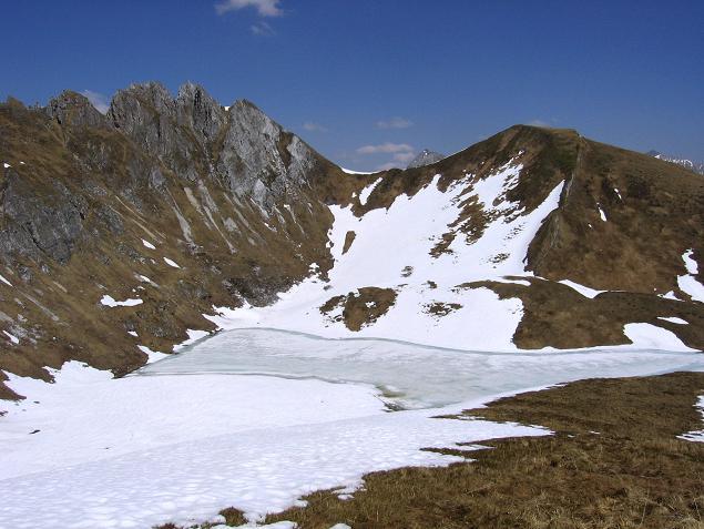 Foto: Andreas Koller / Wander Tour / Auf die Felskarspitze (2506m) / Mühlbachsee und die Scharte, die man überqueren muss / 30.04.2007 20:46:01