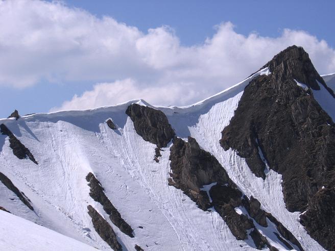 Foto: Andreas Koller / Wander Tour / Auf die Felskarspitze (2506m) / Überwächteter Verbindungsgrat Felskarspitze - Weißeck / 30.04.2007 20:45:23