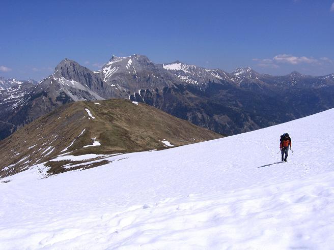 Foto: Andreas Koller / Wander Tour / Auf die Felskarspitze (2506m) / Schneefeld-Querung mit Hochfeindkamm im Hintergrund / 30.04.2007 20:47:15