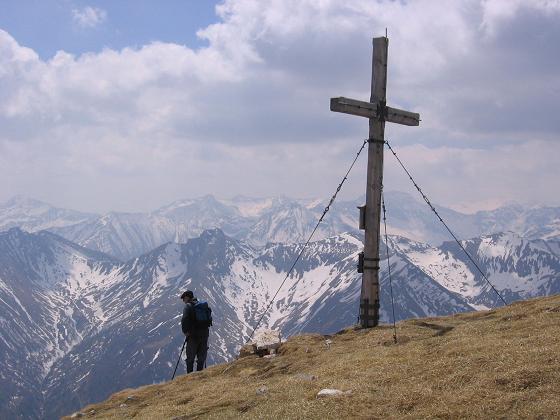 Foto: Andreas Koller / Wandertour / Große Guglspitze - stille Tour im Hochfeindkamm (2638 m) / Gipfelkreuz auf der Kleinen Gugl / 30.04.2007 21:35:59