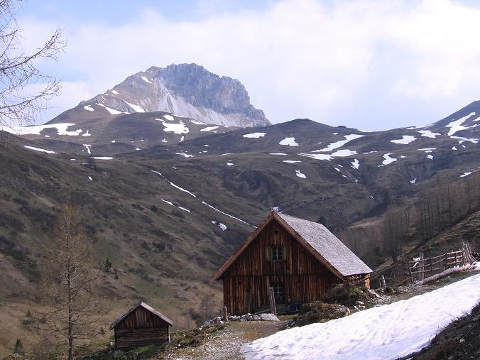 Foto: Andreas Koller / Wandertour / Große Guglspitze - stille Tour im Hochfeindkamm (2638 m) / Die Trimmingeralm mit Stampferwand (2342 m) / 30.04.2007 21:25:35