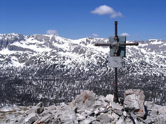 Foto: Andreas Koller / Wandertour / Angererkogel - Runde (2114 m) / Angererkogel-Gipfelkreuz gegen Mölbinge / 02.05.2007 21:52:06