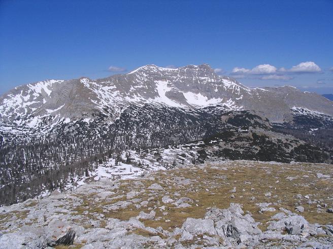 Foto: Andreas Koller / Wandertour / Angererkogel - Runde (2114 m) / Beim Abstieg zur Angereralm zeigt sicher der Warscheneckstoch (2389 m) in seiner vollen Pracht / 02.05.2007 21:48:32