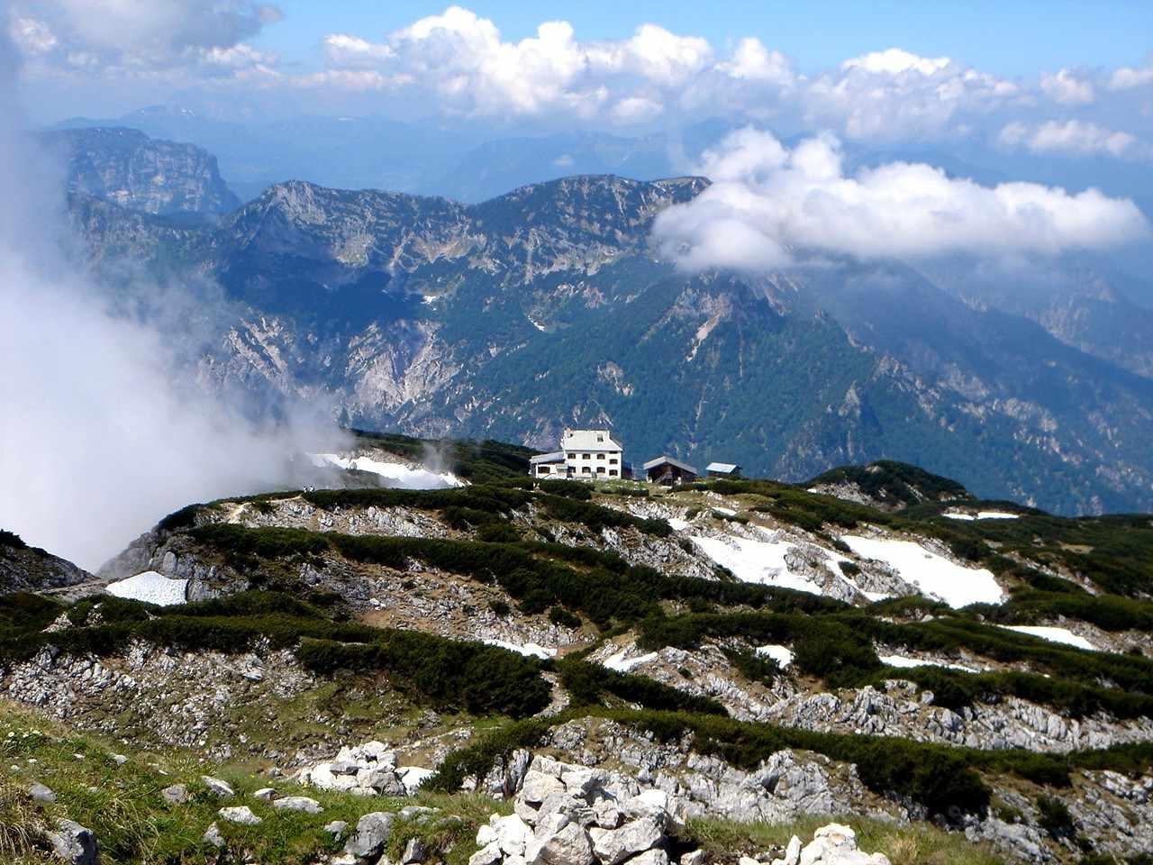 Foto: Manfred Karl / Wander Tour / Von Bischofswiesen auf den Berchtesgadener Hochthron / Stöhrhaus vom Gipfel gegen das Lattengebirge. / 17.05.2007 20:52:58