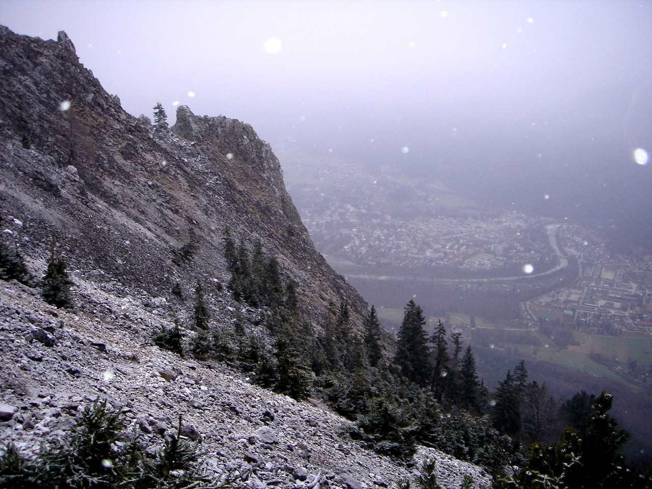 Foto: Manfred Karl / Wander Tour / Von der Padinger Alm auf den Hochstaufen / Abstieg vor einem Wintereinbruch - Blick auf Bad Reichenhall. / 18.05.2007 06:56:31