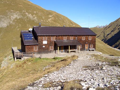 Foto: vince 51 / Wander Tour / Wanderung zur Memminger Hütte / Memminger Hütte von Süden / 05.05.2007 23:37:13