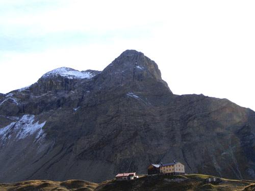 Foto: vince 51 / Wander Tour / Wanderung zur Memminger Hütte / Memminger Hütte mit vorderem und mittlerem Seekopf / 05.05.2007 23:41:29
